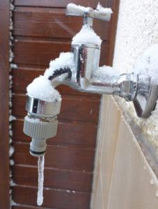 Bei Frostgefahr Wasser absperren